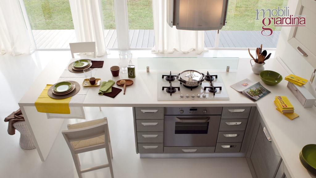 cucina claudia con fornelli su penisola