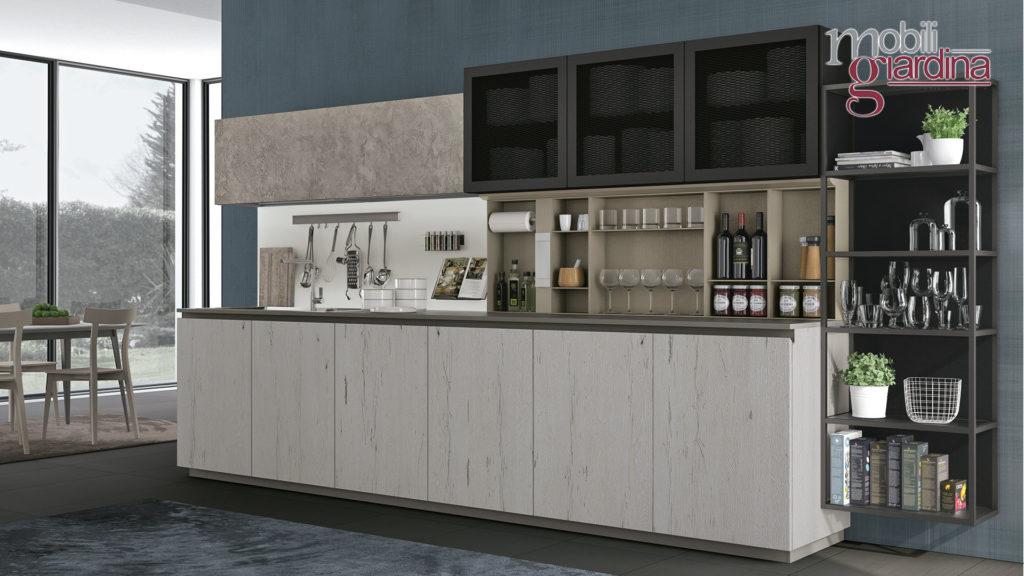 cucina oltre con sportelli in marmo bianco