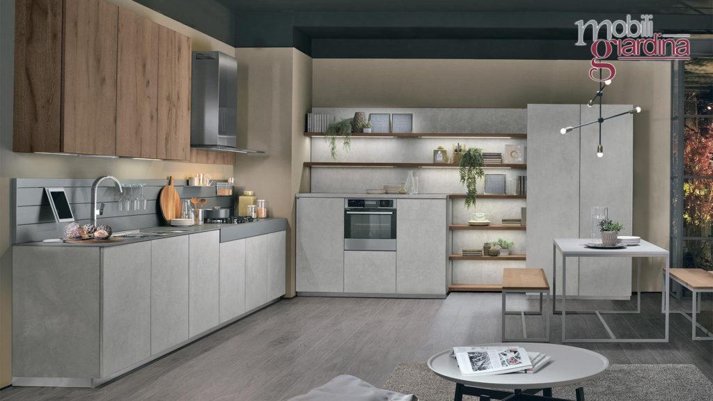 cucina oltre grigia e mobili in legno